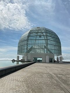 ガラスドームの下の階が水族館になっています。