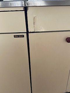 扉の周りは劣化により、捲れてきている状態で、縦キズのあったところからも周りは剥がれてきている状態