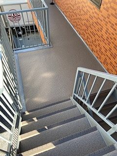 防水工事施工につき階段がきれいになりました。滑り止めのおかげで上がりやすくなりました。