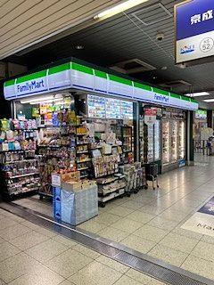 京成千葉線、幕張本郷駅の改札の前にあります。