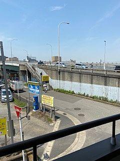 建物の周りには大きな建物はありません。遠くに見えるのは幕張本郷駅の方向