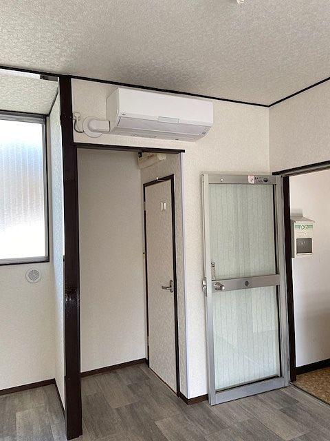 玄関ドアの隣はトイレのドアです。